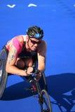 Кресло-коляска paratriathlete тренировки спорта triathlete триатлона здоровая стоковые фото