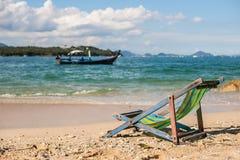 Кресло для отдыха пляжа на песчаном пляже Стоковое фото RF