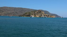 Кретски остров Spinalonga Крит Греция Рейс моря шлюпкой к острову акции видеоматериалы