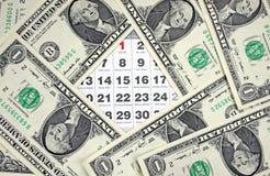 Кредитки долларов на календаре покрывают крупный план Стоковое Изображение RF