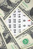 Кредитки долларов на календаре покрывают крупный план Стоковые Изображения RF