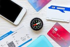 Кредитная карточка, билеты на деревянной предпосылке путешествует концепция стоковая фотография rf