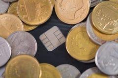 Кредитная карточка, монетки и деньги на таблице отмелый фокус, мягкий t Стоковые Изображения