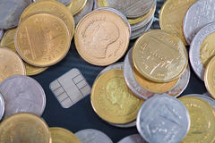 Кредитная карточка, монетки и деньги на таблице отмелый фокус, мягкий t Стоковое Изображение RF