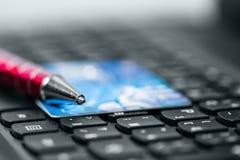 Кредитная карточка на клавиатуре Стоковые Фотографии RF