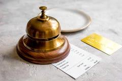 Кредитная карточка для оплачивать, кольцо кельнера и проверка на кафе облицовывают предпосылку стола Стоковые Фото