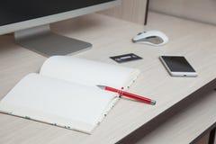 Кредитная карточка smartphone ручки тетради монитора компьютера Стоковые Изображения RF