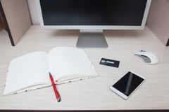 Кредитная карточка smartphone ручки тетради монитора компьютера Стоковое Фото