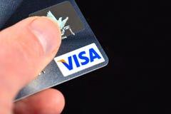 Кредитная карточка visa в руке Стоковая Фотография