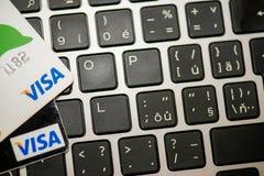 Кредитная карточка visa кладя на компьтер-книжку Стоковая Фотография RF