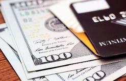 Кредитные карточки конца-вверх на примечаниях долларов с малой глубиной поля Стоковое Изображение RF