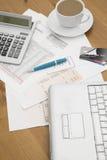 Кредитные карточки на компьтер-книжке с заявлениями кредитной карточки чашка ho Стоковое фото RF