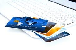 Кредитные карточки на компьютере Стоковая Фотография