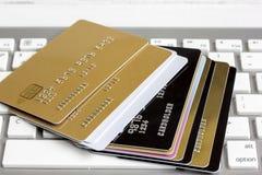 Кредитные карточки на конце клавиатуры вверх стоковые изображения