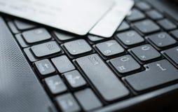 Кредитные карточки на клавиатуре Стоковая Фотография RF
