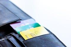 Кредитные карточки с бумажника конца покупками вверх - онлайн Стоковое Фото