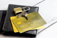 Кредитные карточки с замка конца покупками вверх - онлайн Стоковые Изображения