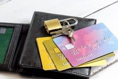 Кредитные карточки с замка конца покупками вверх - онлайн Стоковое фото RF