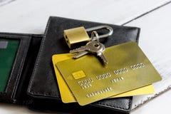 Кредитные карточки с замка конца покупками вверх - онлайн Стоковые Изображения RF