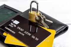Кредитные карточки с замка конца покупками вверх - онлайн Стоковые Фотографии RF
