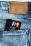 Кредитные карточки Mastercard в голубом карманн джинсов джинсовой ткани. Стоковое Изображение
