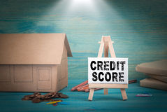 Кредитный рейтинг домашняя модель, деньги и доска объявлений под sunlit Стоковое Изображение