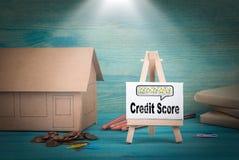 Кредитный рейтинг домашняя модель, деньги и доска объявлений под sunlit Стоковые Изображения RF
