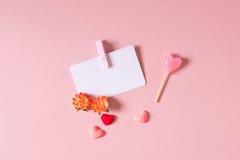 Кредитуйте/шаблон карточки посещения с струбциной, цветками весны, конфетой и малыми сердцами Стоковые Изображения RF