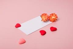 Кредитуйте/шаблон карточки посещения с цветками весны и малыми сердцами Стоковое Фото