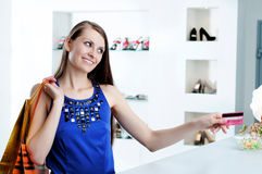 кредит проверки карточки оплачивая женщину покупкы Стоковые Фото
