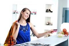 кредит проверки карточки оплачивая женщину покупкы Стоковые Изображения