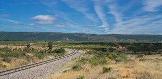 Кривая в железной дороге в середине страны Стоковое Изображение RF