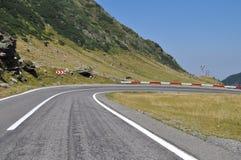 Кривая дороги горы к праву стоковые фотографии rf