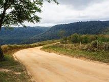Кривая пути с monutain и голубым небом Стоковая Фотография RF