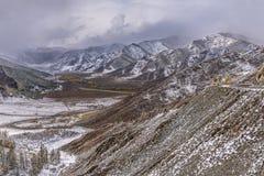 Кривая hairpin дороги снега гор Стоковая Фотография RF