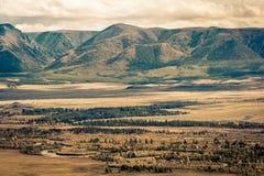 Кривые ленты реки в долине горы стоковая фотография rf