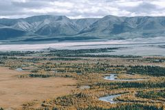 Кривые ленты реки в долине горы стоковые фотографии rf