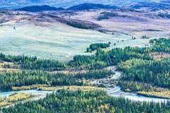 Кривые ленты реки в долине горы стоковые изображения