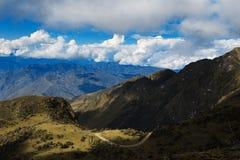 Кривые путей и красивый ландшафт голубого неба стоковая фотография