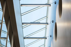 Кривые современной внутренней архитектуры. Стеклянная крыша Стоковое фото RF