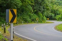 Кривый дороги асфальта острая вперед Стоковые Изображения