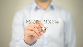 Кризис Европы мигрирующий, сочинительство человека на прозрачном экране стоковые изображения rf