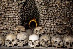 Крипта в которой много человеческие косточки, черепа стоковые фотографии rf