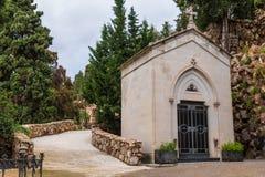Крипта и тропа на кладбище Montjuic, Барселоне, Испании стоковые изображения rf