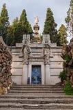 Крипта со скульптурами на кладбище Montjuic, Барселоне, Испании стоковая фотография