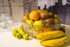Кристаллическая ваза с плодоовощами: киви, известка, апельсин, яблоко Стоковое Изображение RF