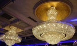 Кристаллические большие люстры стоковая фотография
