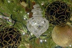 Кристаллические сияющие орнаменты рождества на ветви дерева стоковое фото rf