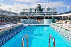 Кристаллический бассейн открытой палубы туристического судна спокойствия в Майами стоковые изображения rf