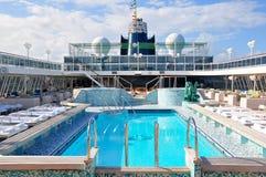 Кристаллический бассейн открытой палубы туристического судна спокойствия в Майами стоковое фото